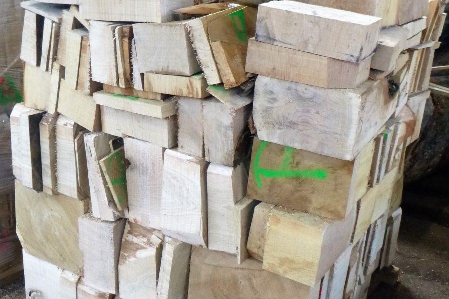 Eichenresten als Brennholz auf den Paletten